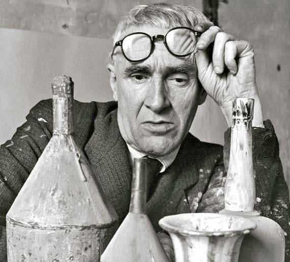 El artista italiano Giorgio Morandi, en su estudio en 1953. / HERBERT LIST / MAGNUM